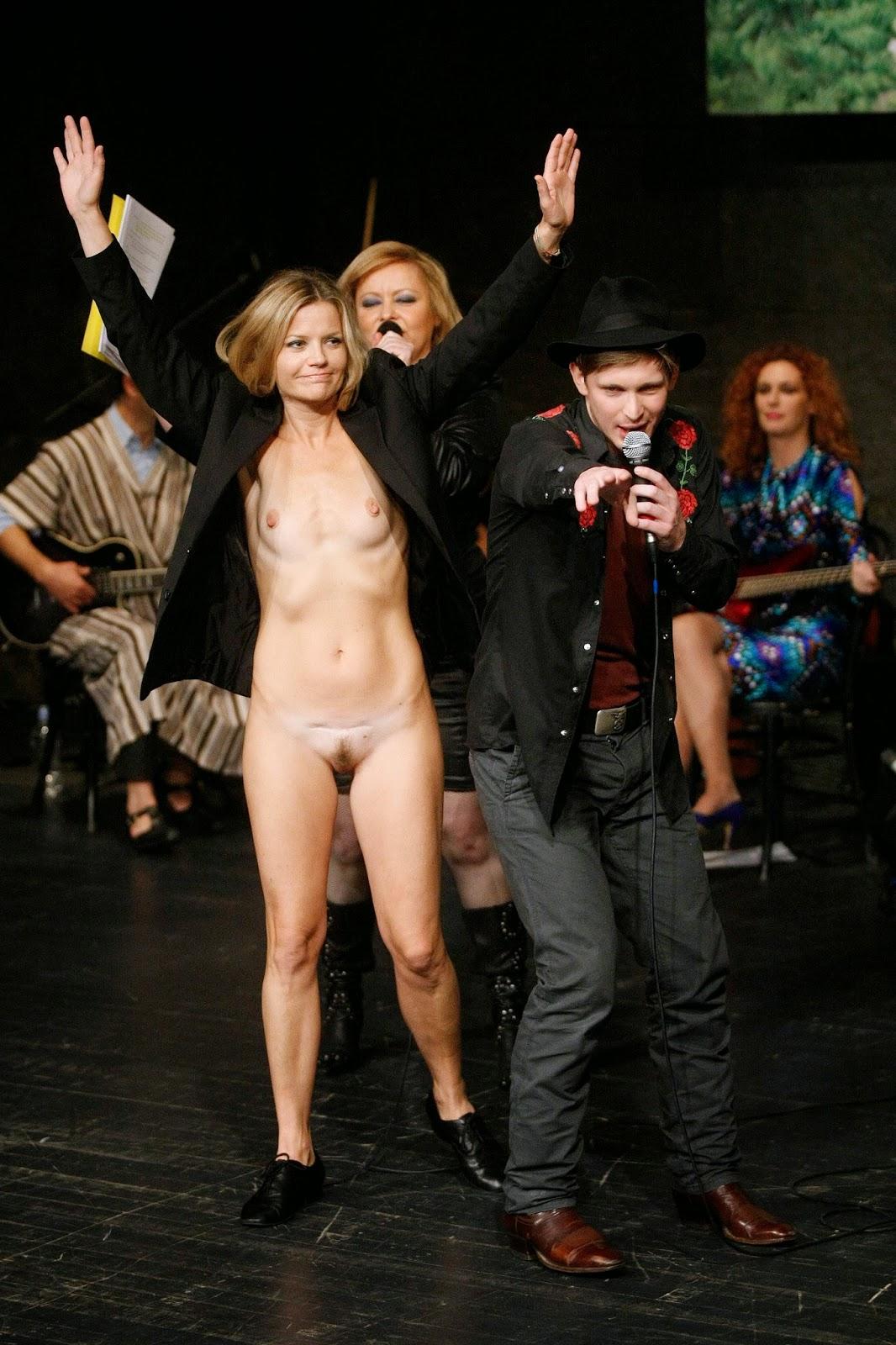 Девушка без трусиков на сцене фото