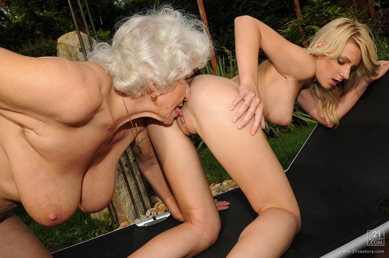 Старуха лесбиянка занимается сексом со шлюхой