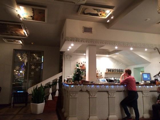 Ресторан Pizza Express - фотография 1 - Барная стойка на первом этаже.