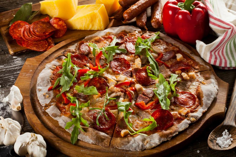 Ресторан Песто - фотография 1 - Ржаная пицца с телятиной, мясом цыпленка, пепперони и охотничьими колбасками