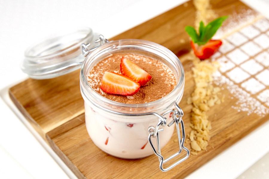 Ресторан Де Марко - фотография 26 - Клубничный мильфей: Слоенное пирожное из хрустящих коржиков свежей клубники и легкого крема.