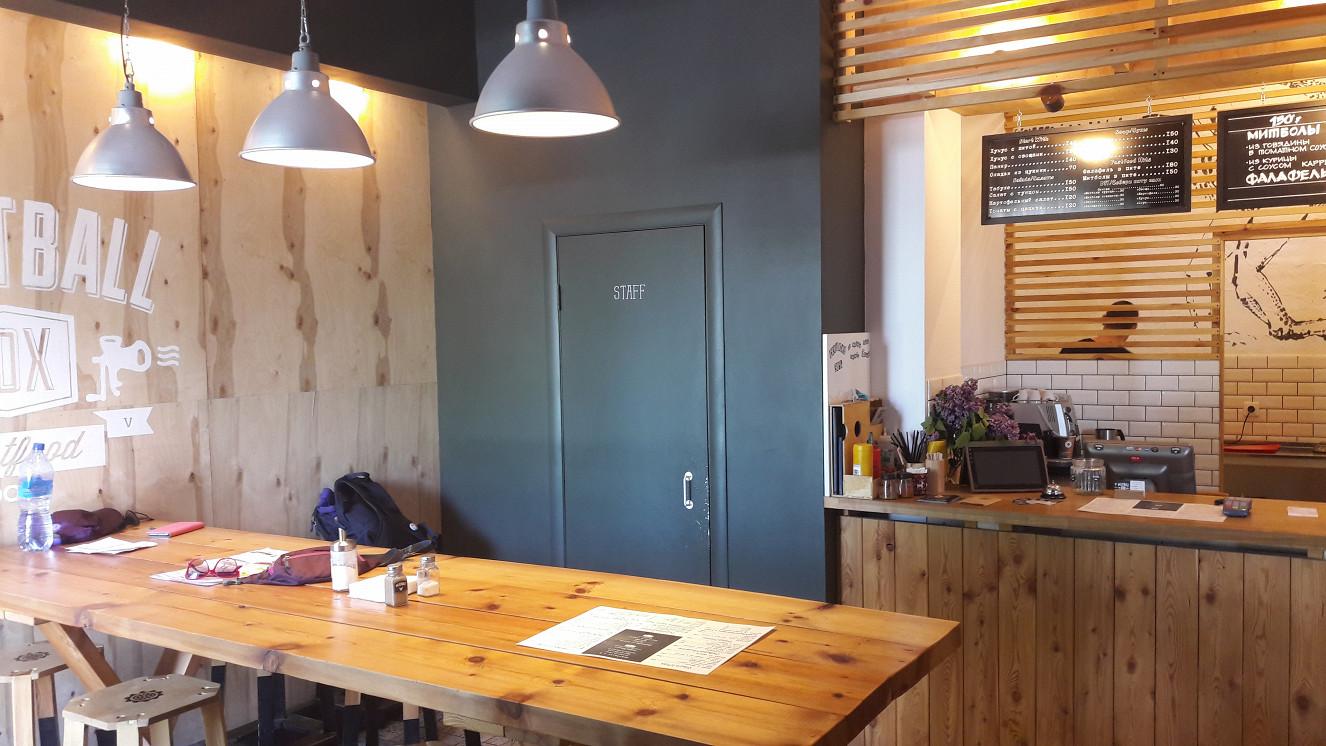 Ресторан Meatball Box - фотография 3 - Стол слева