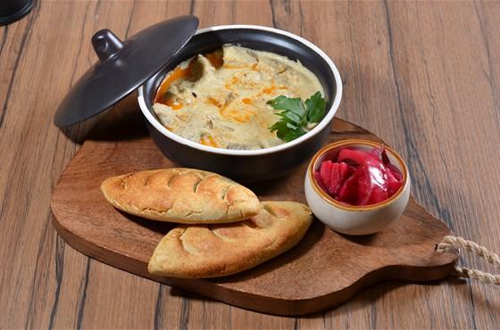 Ресторан Saperavi Café - фотография 16 - Харчо по-мегрельски из телятины и фундука; острая красная капуста; мчади- кукурузные лепешки;