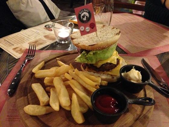 Ресторан BB Grill - фотография 1 - Бигбургер очень хорош; в сентябре '13 — по 400 руб.