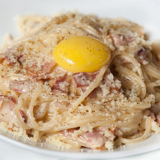 Ресторан Фирма - фотография 18 - Паста карбонара по старинному итальянскому рецепту с желтком (пармезан, бекон, яйцо, сливки) 360 гр. 260 руб.