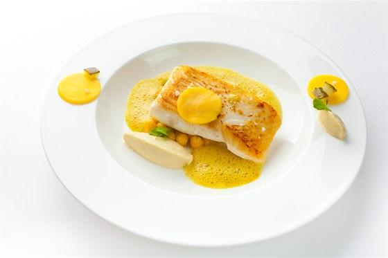 Ресторан Ёрник - фотография 20 - Палтус с баклажанами, карри, манго, нутом и огурцом.