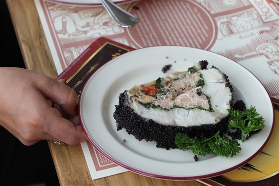 Ресторан Пражечка - фотография 1 - Стерлядка в разрезе - фаршированная красной рыбой горячего копчения, вкусно было!
