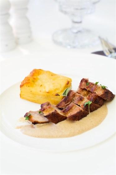 Ресторан Graf-in - фотография 9 - Свиная грудинка с картофельным гратеном и муссом из вешенок