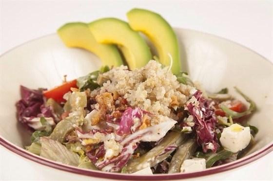 Ресторан Гриль-хофф - фотография 17 - Салат с кенуа микс листьев салата со спелыми томатами, нежным авокадо, сыром тофу, маринованной капустой и ореховым соусом