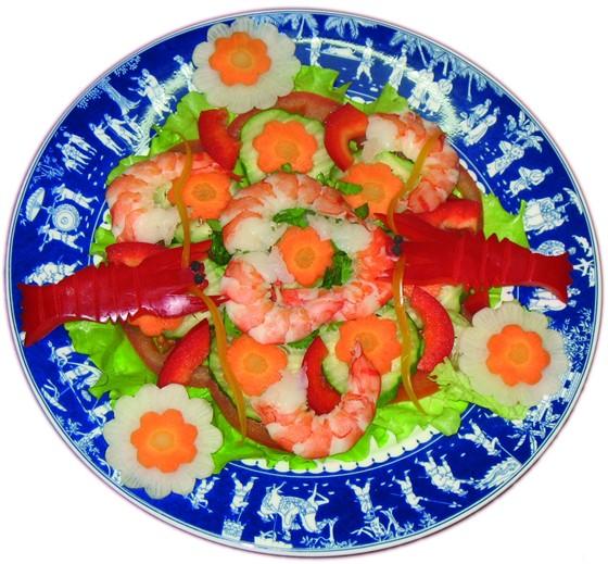 """Ресторан Синяя река - фотография 9 - Салат """"Свежесть лета"""" с королевскими креветками, 230 руб."""