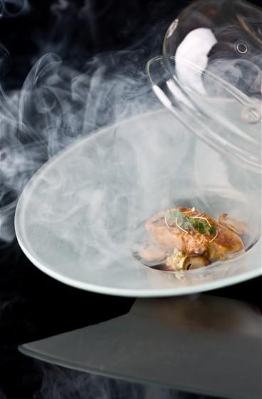 Ресторан Grand Cru by Adrian Quetglas - фотография 3 - Эскалоп из фуа-гра с корнем сельдерея с белыми грибами и соусом «каберне-совиньон»