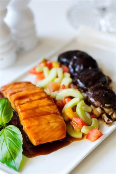 Ресторан Graf-in - фотография 28 - Жареный лосось в соевом соусе с соте из грибов с огуречным салатом