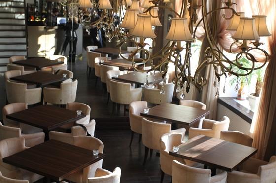 Ресторан Позиция - фотография 1 - Вид с лестницы, ведущей на второй этаж