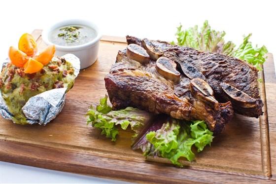 Ресторан Mexican Club - фотография 8 - Мясо из говядины на косточках (готовится на углях в josper) с запеченым картофелем с соусом из шпината