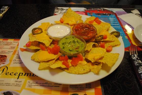 Ресторан Beverly Hills Diner - фотография 11 - Начос с сыром. Кукурузные чипсы с сыром и соусами: сметана, сальса и холопенья.