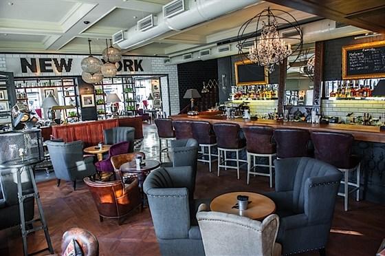 Ресторан New York - фотография 5 - Барная зона на первом этаже