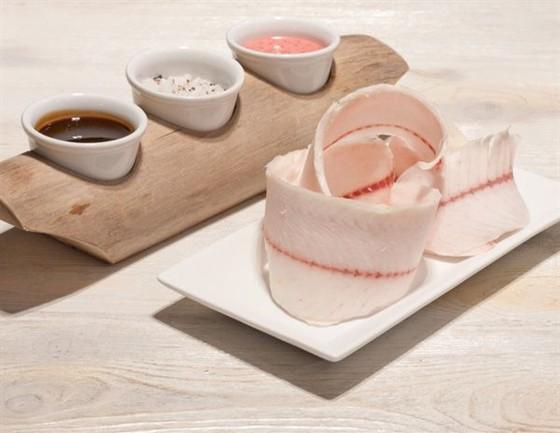 Ресторан Экспедиция. Северная кухня - фотография 13 - Строганина из нельмы по-якутски с разными соусами.