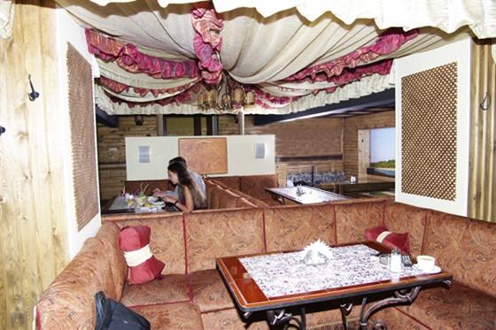 Ресторан Ахтуба - фотография 1 - Интерьер ресторана выдержан в стиле корабля плывущего по реке с панорамными видами на берега, в центре которого расположился тюркский шатер.