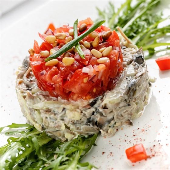 Ресторан Кабинет - фотография 1 - Салат с телячьим языком в сочетании с шампиньонами, сыром и свежими овощами
