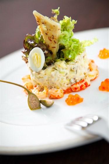 """Ресторан Дягилев - фотография 4 - Салат """"Оливье"""" с раковыми шейками и красной икрой"""