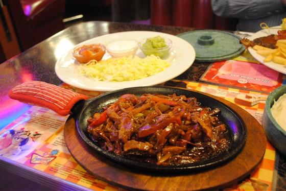Ресторан Beverly Hills Diner - фотография 13 - Фахитос из говядины. Обалденно вкусно! И весь зал обратит на Вас внимание, когда Вам принесут шипЯщую сковородку )))
