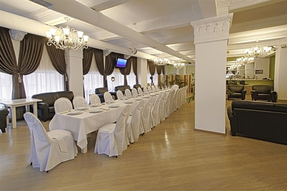 Ресторан Теплица - фотография 9 - Уютный банкетный зал. Стиль - классицизм. Оборудован аудио, видио и световой аппаратурой. Готов принять до 90 человек.