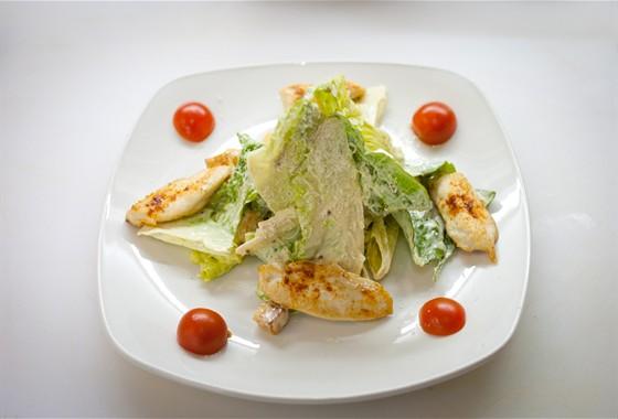 Ресторан Буффет - фотография 5 - Салат Цезарь с курицей.