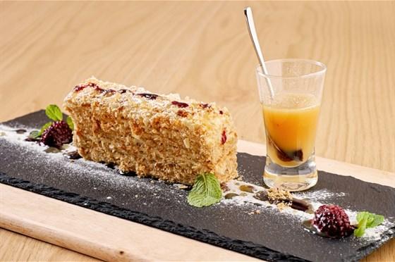Ресторан Грибоедов - фотография 6 - Наполеон с карамельным соусом