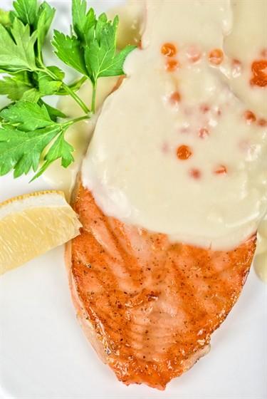 Ресторан La Fenice - фотография 13 - стейк семги гриль под сливочно-икорным соусом