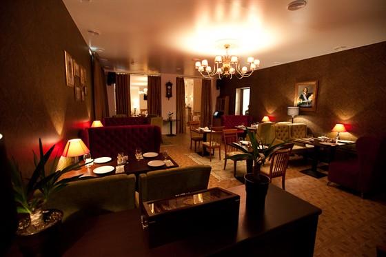 Ресторан Гармошка - фотография 14 - Если желаете отобедать в окружении императоров России - добро пожаловать в темный зал.