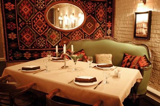 Ресторан Сахли - фотография 17 - Грузинский ресторан Сахли (2 зал). «Гость — посланник Бога» — гласит грузинская пословица. Из поколения в поколение передавались любовь и безграничное уважение к гостю. Для гостя принято не жалеть самого лучшего. Грузинская кухня одна из тех, что отличается неповторимой тонкостью и разнообразием. В меню ресторана «Сахли» представлены блюда Западной Грузии. Только здесь можно попробовать сациви из раков, киндзмари из рыбы клыкач. Для любителей и знатоков десертов — домашние сладости, приготовленные хозяйкой ресторана.
