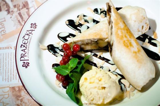 """Ресторан Пражечка - фотография 8 - """"Чимичанги"""" Бананы, жаренные в тортилье, с шоколадом. Подаются с шариками ванильного мороженого, физалисом, ягодами и миндальными хлопьями."""