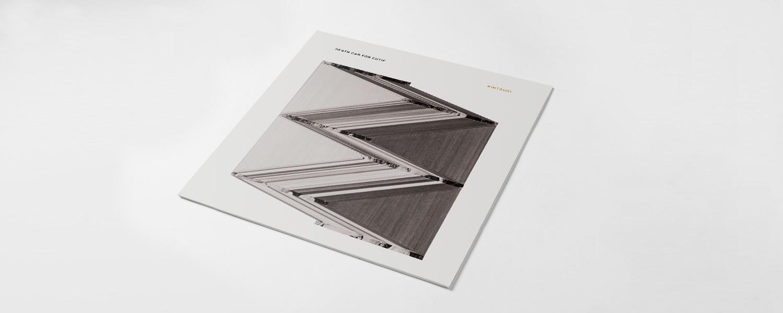 Обложка «Kintsugi» явно отсылает к японской технике, но куда больше похожа на неудавшуюся ксерокопию — это, кстати, говорит об альбоме куда больше названия