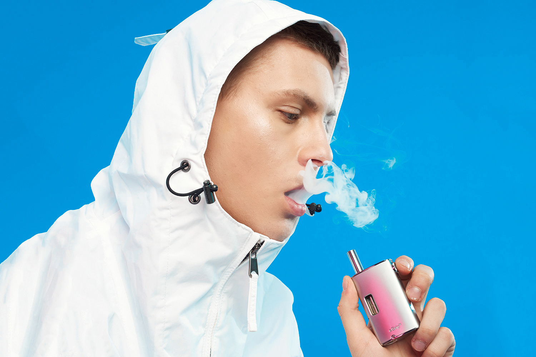 Электронные сигареты уже начинают отказываться от скевоморфизма и все меньше походят на обычные — это позволяет сделать, например, такое устройство с большим аккумулятором и регулировкой мощности атомайзера