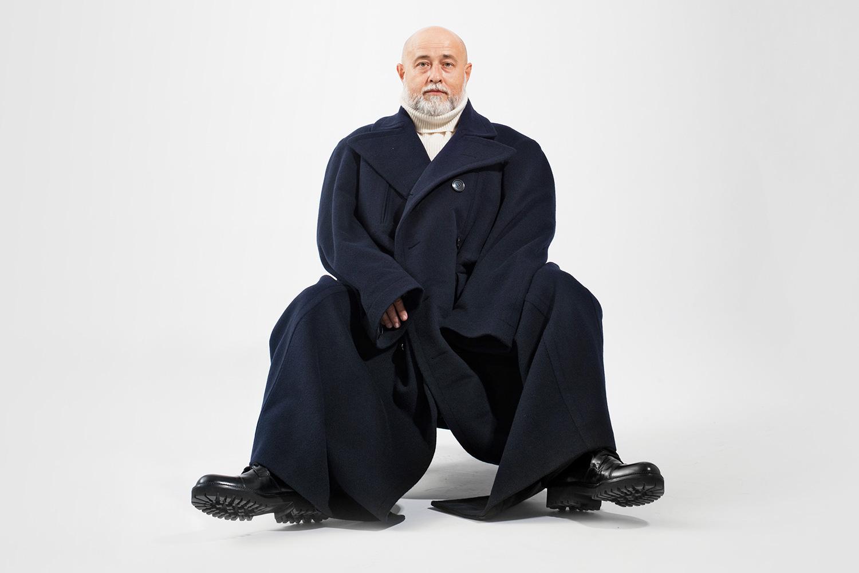 Свитер Tommy Hilfiger, 11 000 р., пальто Vetements, 273 600 р., ботинки Versus Versace, 28 900 р.
