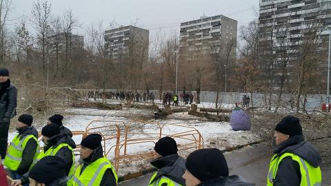 Строители дежурят по периметру сквера