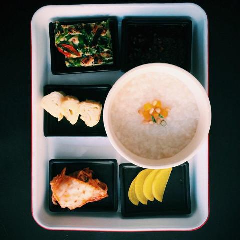 Корейский сет из каши джук, омлета, маринованного дайкона, кимчи и лепешки с зеленым луком (350 р.)