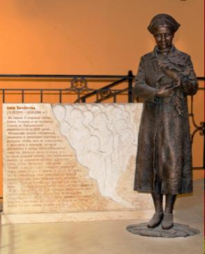 Памятник Сендлер создал скульптор Андрей Плиев