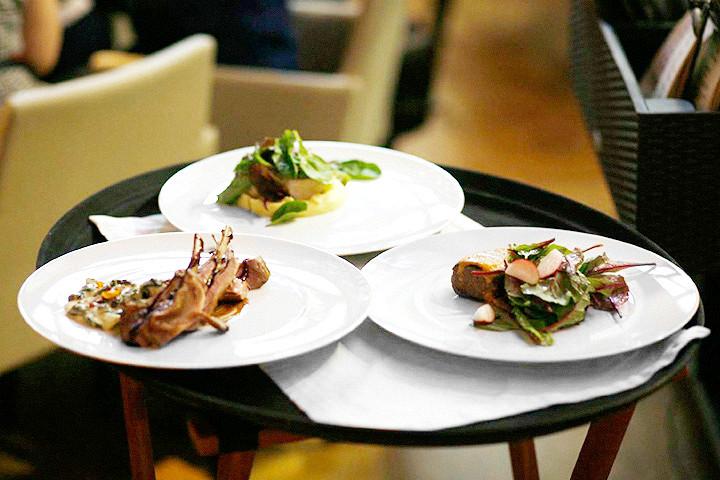 Семга с пюре из цветной капусты (600 р.), баранина с чехонью и сморчками (850 р.) и говяжья вырезка (1000 р.)