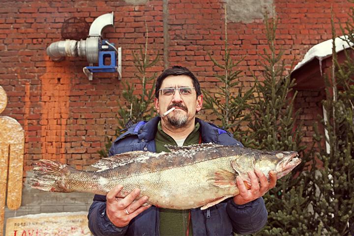Рыбак Максим Курбатов демонстрирует то, что можно поймать в отечественных реках