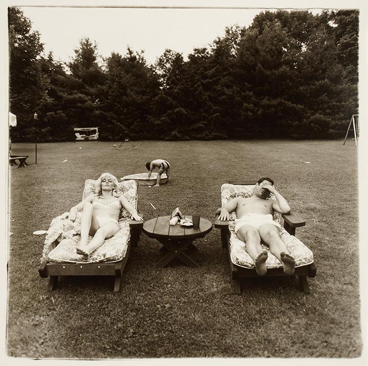 Диана Арбус. Семья воскресным днем отдыхает на газоне в Вестчестере. Июнь, 1968