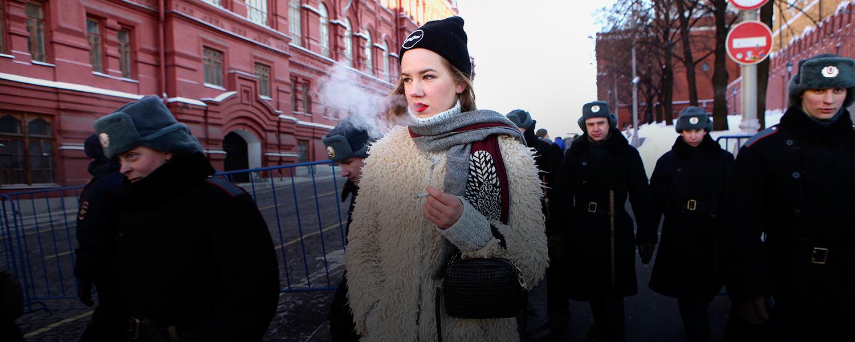 Курит перед камерой