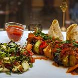 Ресторан Лаор - фотография 3 - Шашлык Кинг +соус: Баклажаны, шампиньоны, кабачки, болгарский перец, домашний сыр. Подается с соусом из свежих томатов.