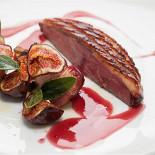 Ресторан Vinograd - фотография 3 - Утка с инжиром и соусом глинтвейн