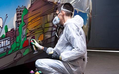 Не только синий: граффитчики расписывают московские троллейбусы