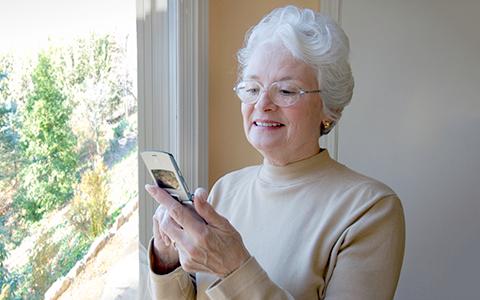 «Послал рецепт медовика, а ты молчишь!?»: дедушки и бабушки пишут СМС внукам