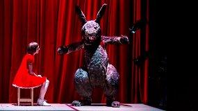 Много неясного в этой стране: «Беги, Алиса, беги» в Театре на Таганке
