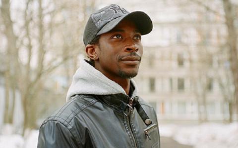 Гвинейский таксист о побеге в Россию, Путине и травке