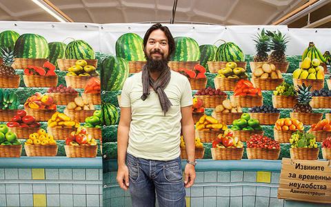 Иностранный повар ищет продукты на Дорогомиловском рынке
