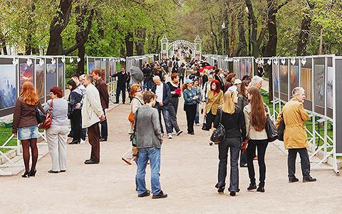 «У нас не билборд»: кто делает уличные фотовыставки в Москве